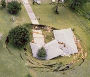 sinkhole3 คน แผ่นดินไหวและสึนามิ ทำให้เกิดหลุมยุบจริงหรือ